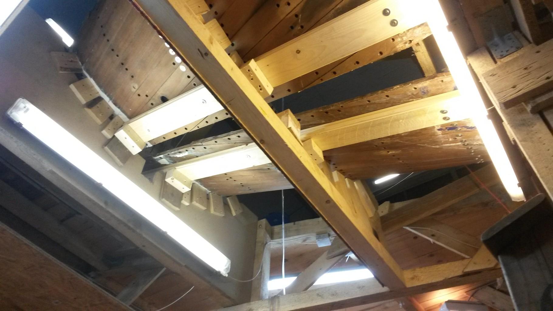 Das Heck von unten ohne den alten Heckbalken. Umständliche Lösungen momentan, die Alternative wäre gewesen, in das Schiff ein stabileres Mallengrüst zu bauen, um dann die Planken zu demontieren.