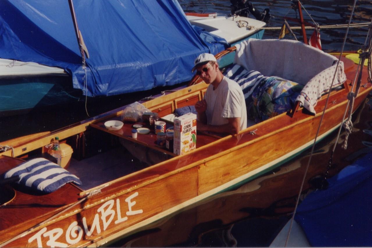 1992 in Sneek beim Frühstück, damals war das Boot noch in einem anderen Zustand