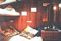 Mittschiffs Steuerbord breite Doppelkoje oder 2 Etagenkojen