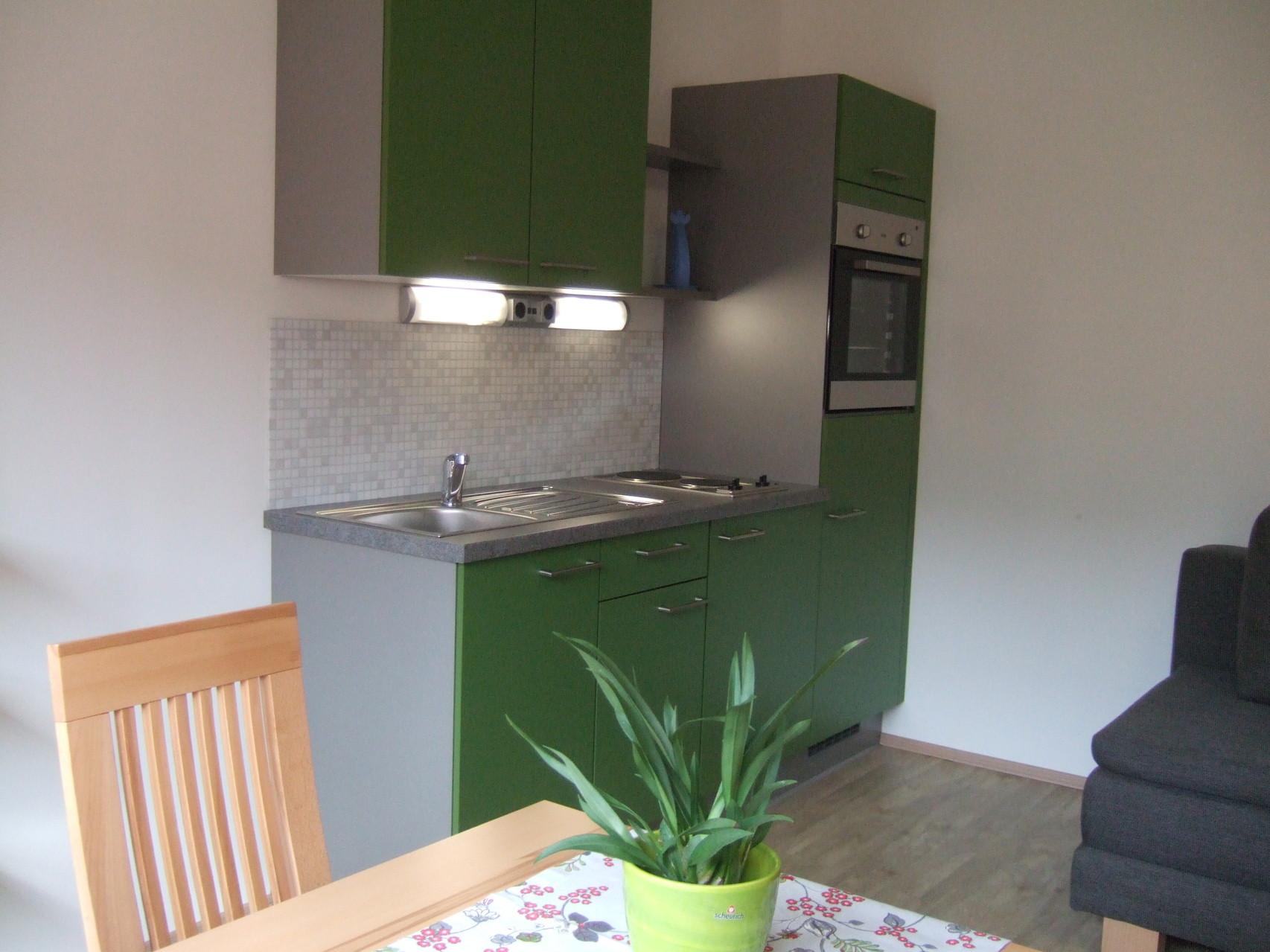 Küchenzeile mit Kühlschrank, 2 Herdplatten und Backrohr