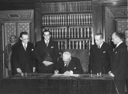 Roma, 27 dicembre 1947 (Palazzo Giustiniani) Enrico De Nicola firma l'atto di promulgazione della Costituzione della Repubblica Italiana.