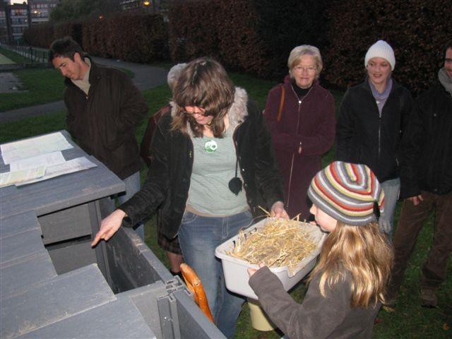 Journée de lancement : Anne Maire nous montre comment on peut composter nos déchets de cuisine
