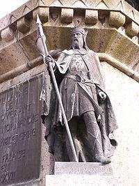 Statue de Robert le Magnifique sur le socle de celle du Conquérant à Falaise