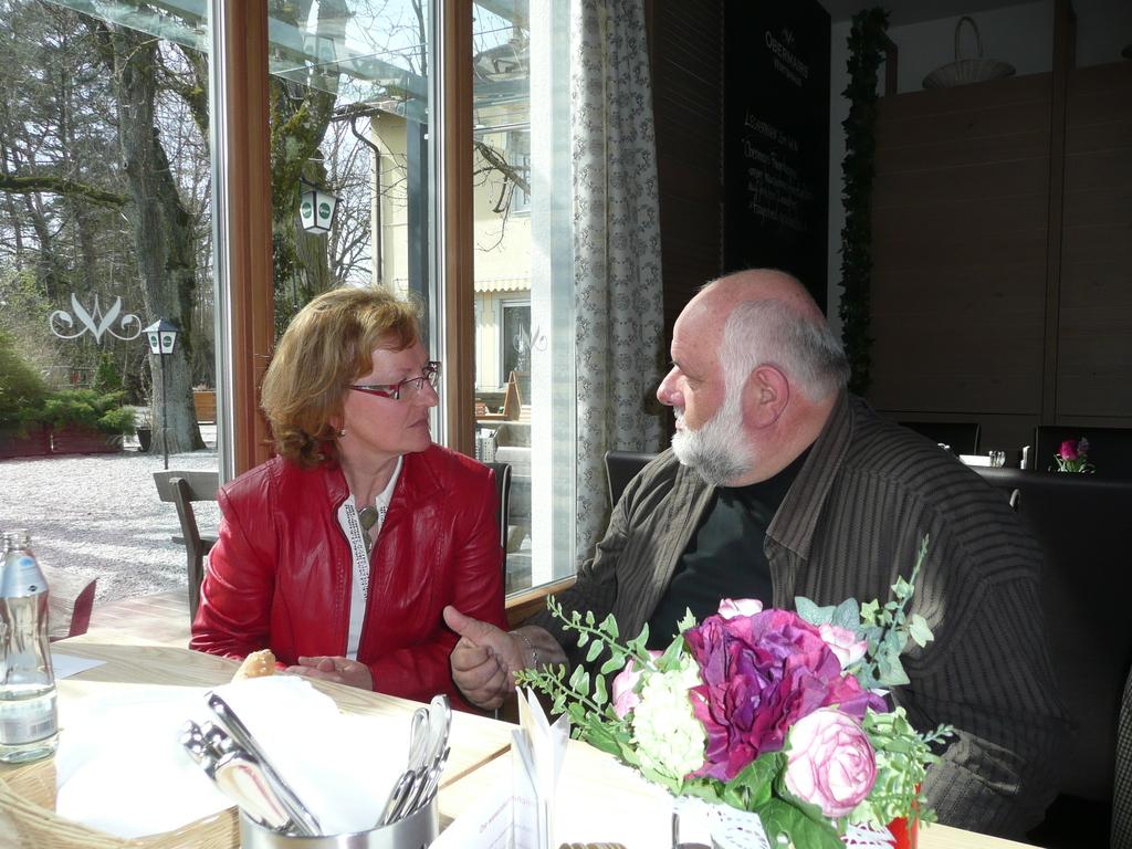 Kollegin Rabner BH Linz Land beim Erfahrungsaustausch mit Kollegen Hildebrand Magistrat Linz