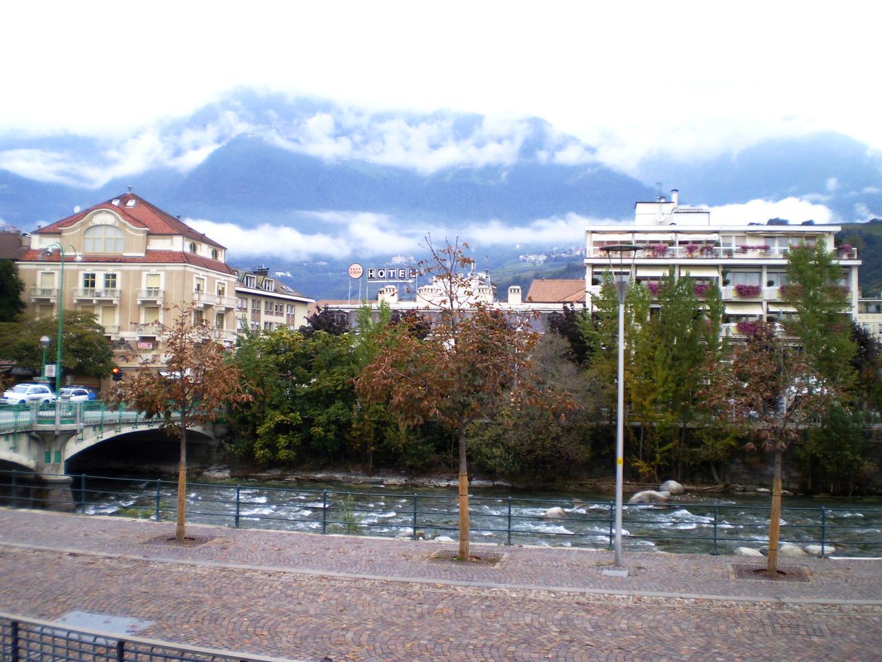 """Blick über den Fluß """"Passa"""" Richtung Norden in die Berge..."""