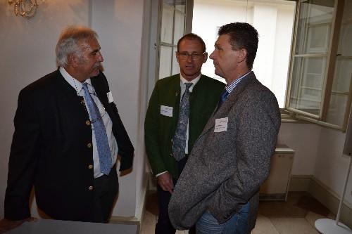 Die Bayrischen Kollegen Michael Förtsch (li.), Manfred Woller (re.) und Vortragende in Gespäch mit Koll. Brunnbauer (mi.)