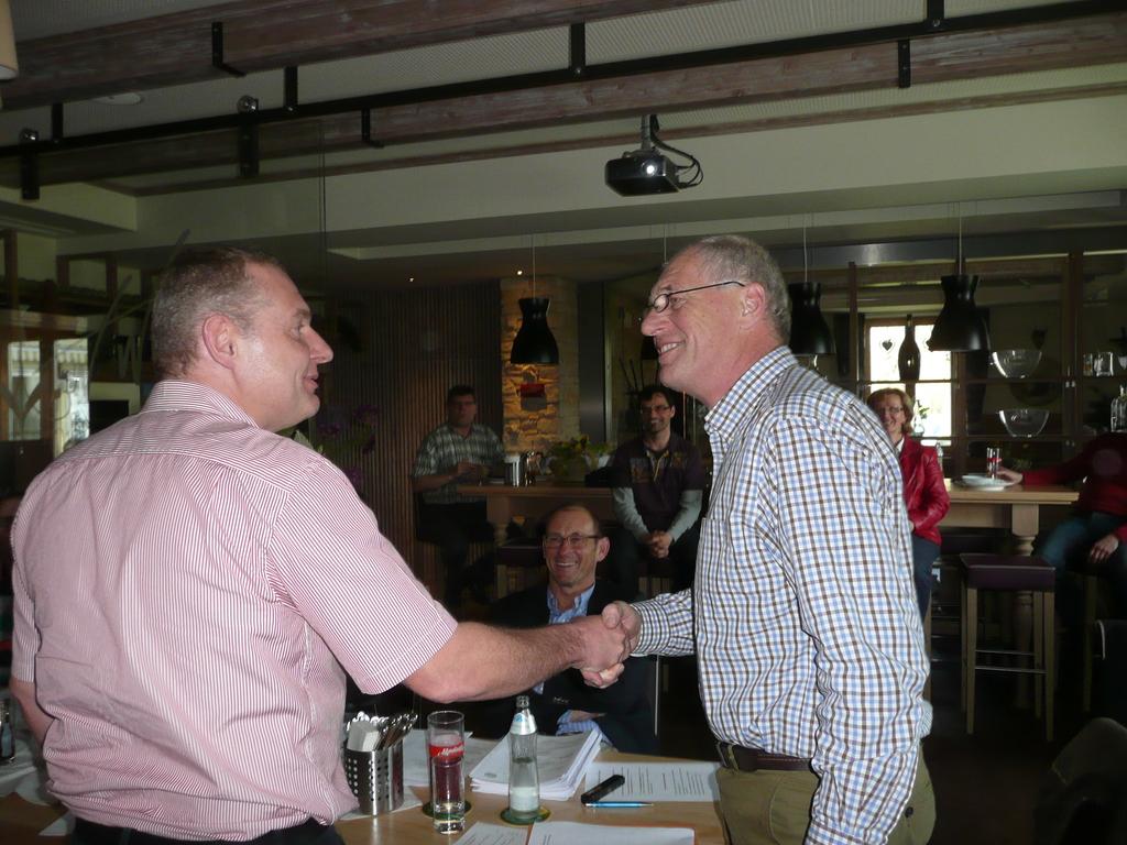 Obmann Wimmesberger bedankt sich bei Koll. Schindler für die intermistische Leitung des Vereins vor der GV