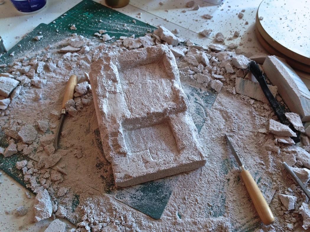 Le bloc de béton cellulaire creusé pour recevoir le corps de batiment
