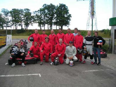 Das Team des KSV mit den Trainern Winkelhock und Vossenberg und den Karts auf der Bahn