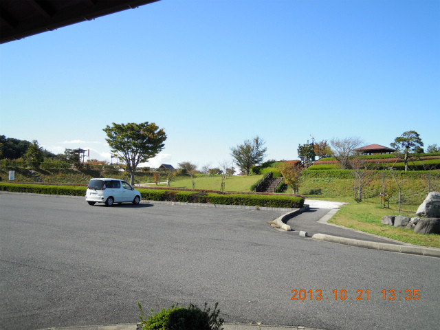 仁王堂公園全景と手前は駐車場