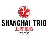 Das 1998 gegründete Unternehmen Shanghai Trio produziert authentische und hochwertige Accessoires, die vom chinesischen Alltag inspiriert sind. Diese strapazierfähigen Designstücke werden weiterhin traditionell von Hand gefertigt.