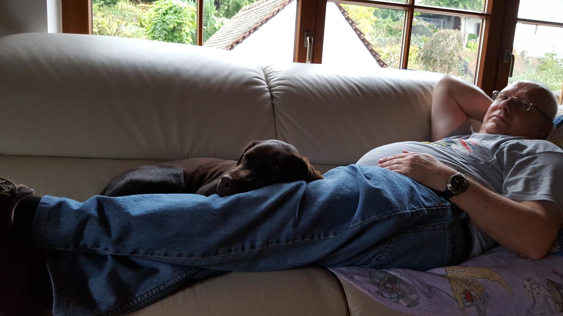 Mit Papa kuscheln und dann einschlafen, herrlich.