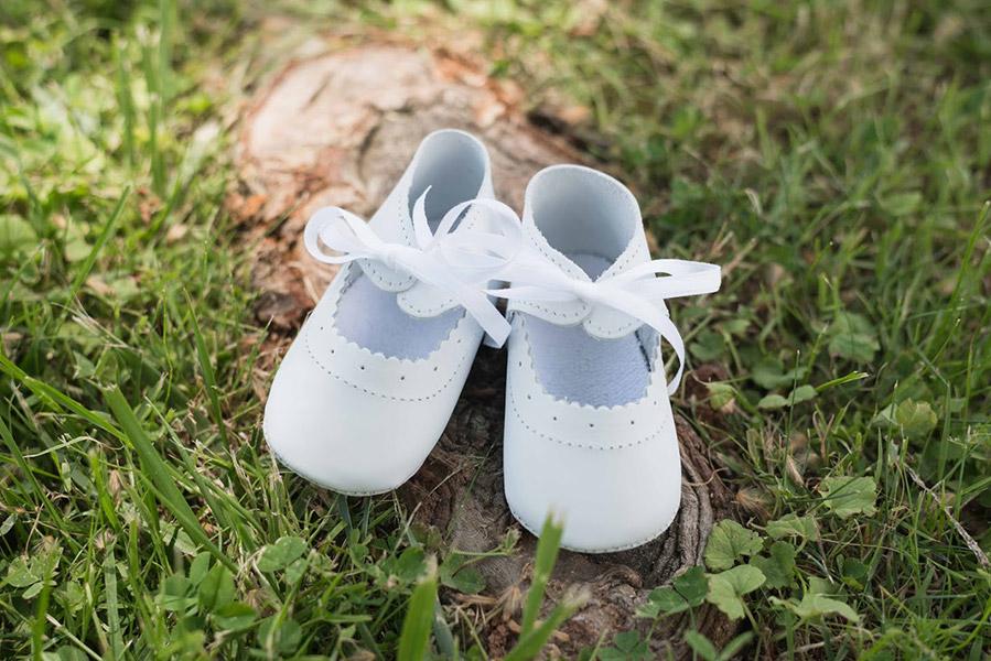 Chaussons baptême bébé fille ballerines en cuir souple blanc.