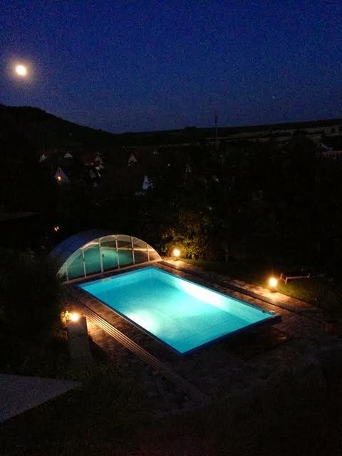 PP-Schwimmbad bei Nacht