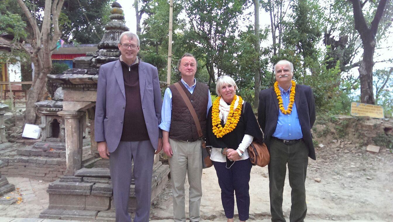 Der Deutsche Botschafter (links) besucht den Ausgrabungsort von Perry Lange (rechts neben dem Deutschen Botschafter) im Tempel auf dem Berg Anantalinkeshwor