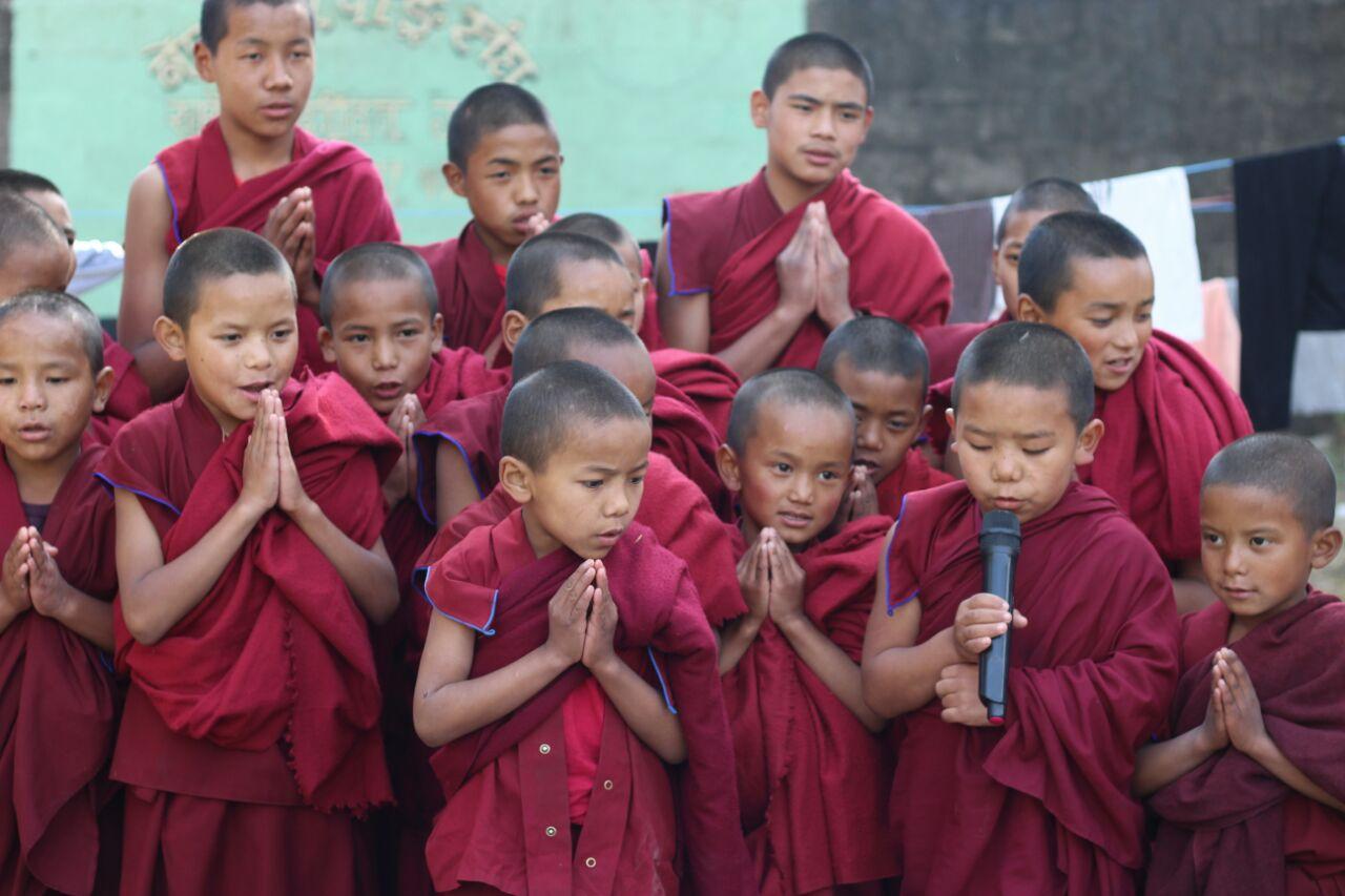 Die Mönche zelebrieren eine Puja.