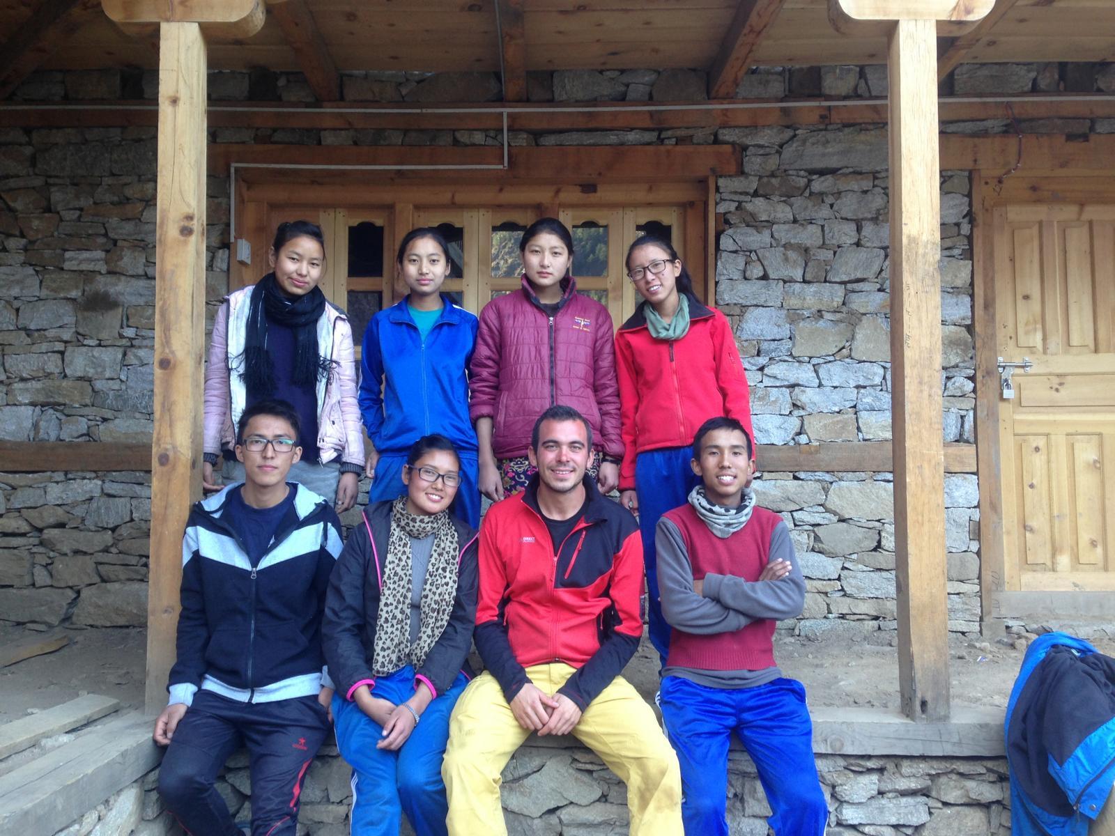 Die Schüler die nach Humla zurück geführt wurden, zusammen mit Georg