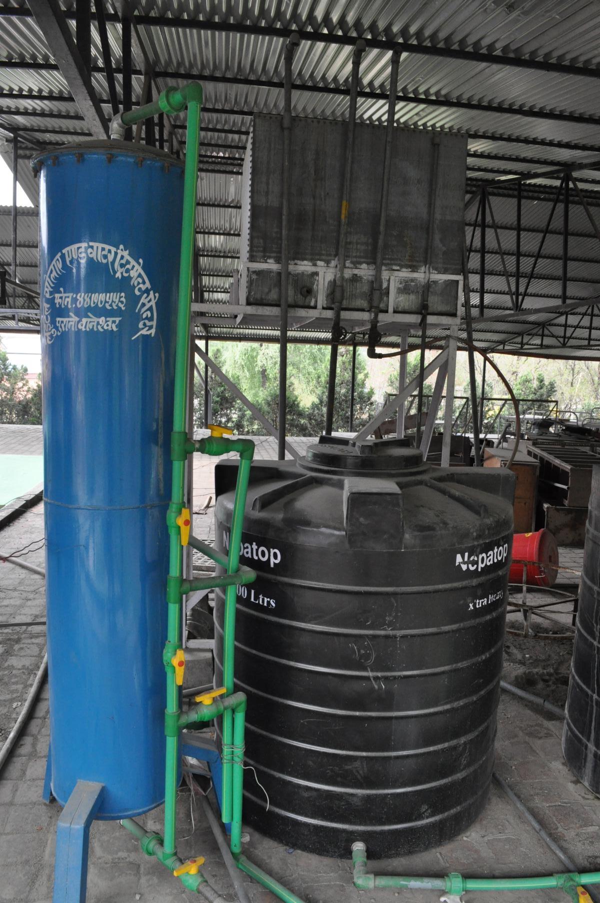 Ein großer Filter filtert das Wasser vor
