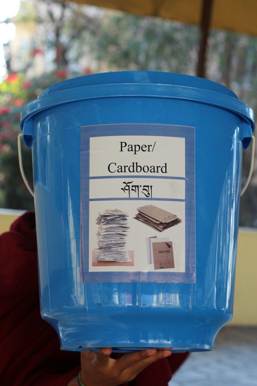 Die Mülltrennungsaufkleber sind in Englisch und Tibetisch