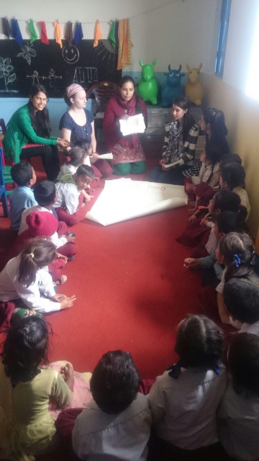Unsere Voluntärin Lena mit Kindern und Erzieherinnen