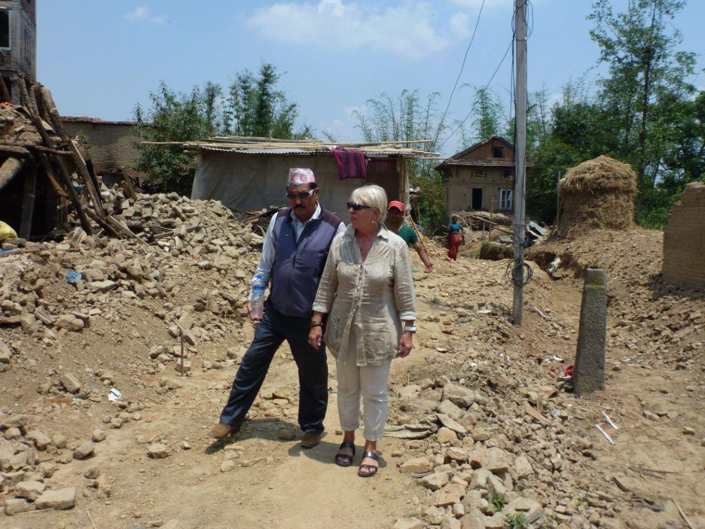 Astrid Vöhringer besucht die vom Erdbeben betroffene Gegend Dadhikot