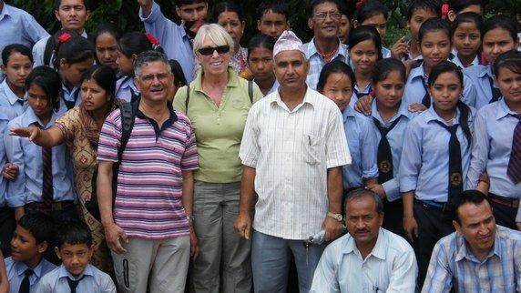 Astrid Vöhringer und Uttam Dhungel mit Schülern und Lehrern in Nepal