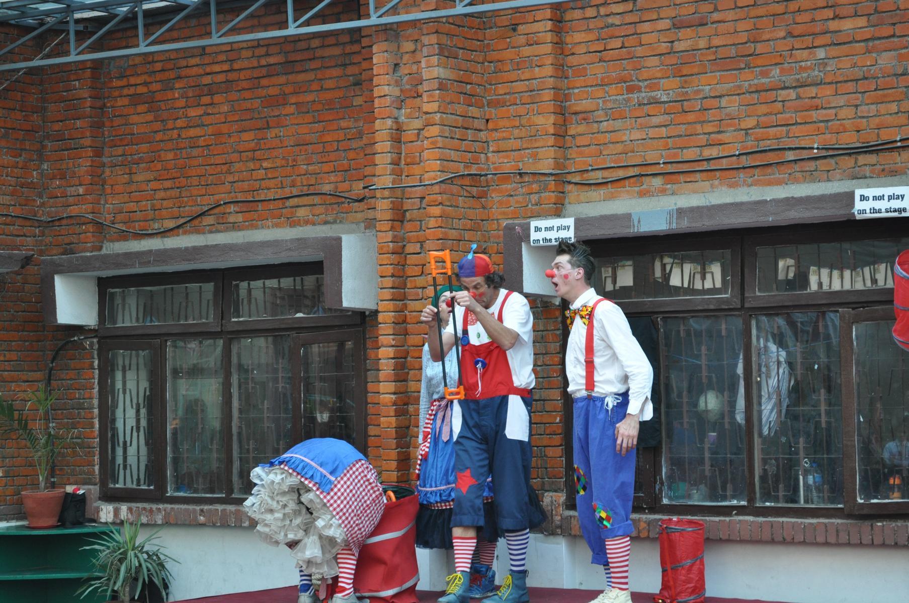 Die Clowns in der Bhanubhakta Schule