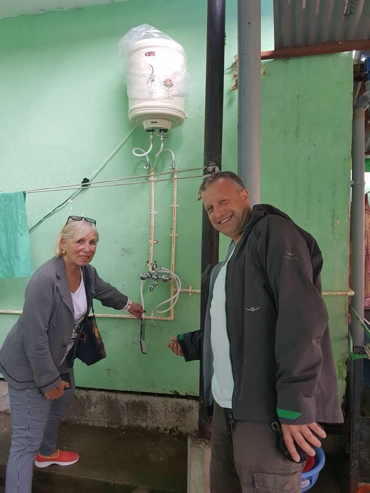 Astrid Vöhringer und Konrad Kraft am neuen Durchlauferhitzer