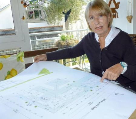 Astrid Vöhringer mit den Plänen für das Hospiz von Renate Eckert, die ebenfalls eine Spende für das Nepal-Schulprojekt waren