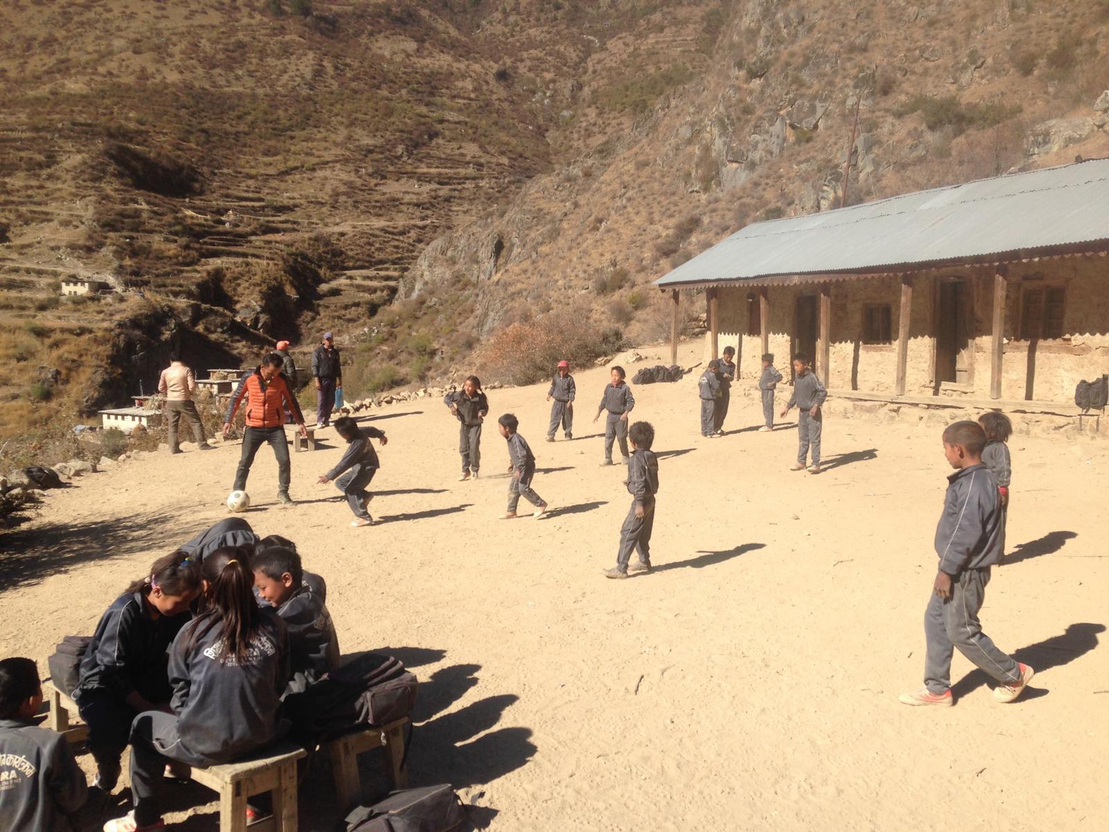 Die kleine Schule in Kermi. Hier steigt die Schülerzahl jährlich durch den Einsatz von Kumar.