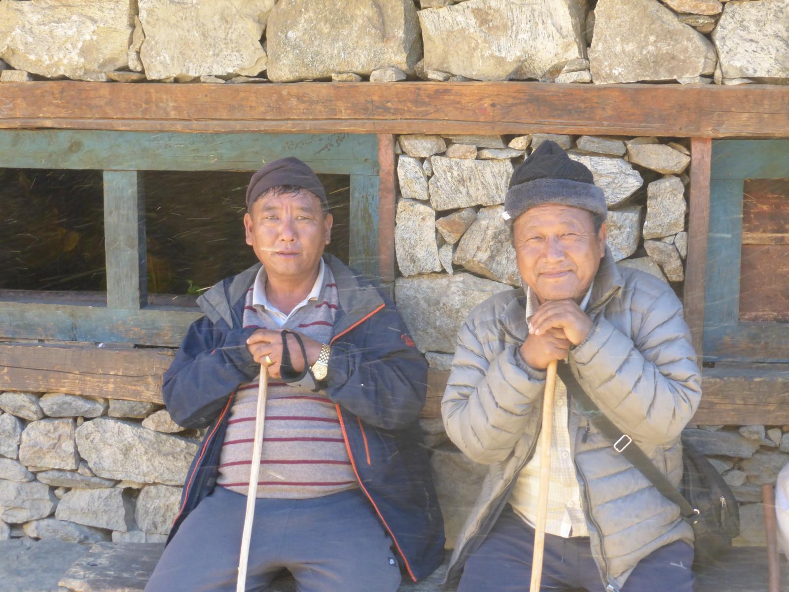 Kumar Lama (rechts) zusammen mit einem anderen Humli