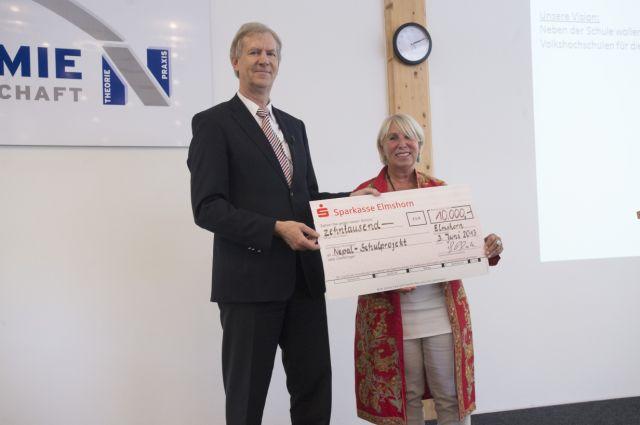 Prof. Dr. Georg Plate (Präsident/Vorstand der Nordakademie) überreicht Astrid Vöhringer den Scheck von 10.000 €