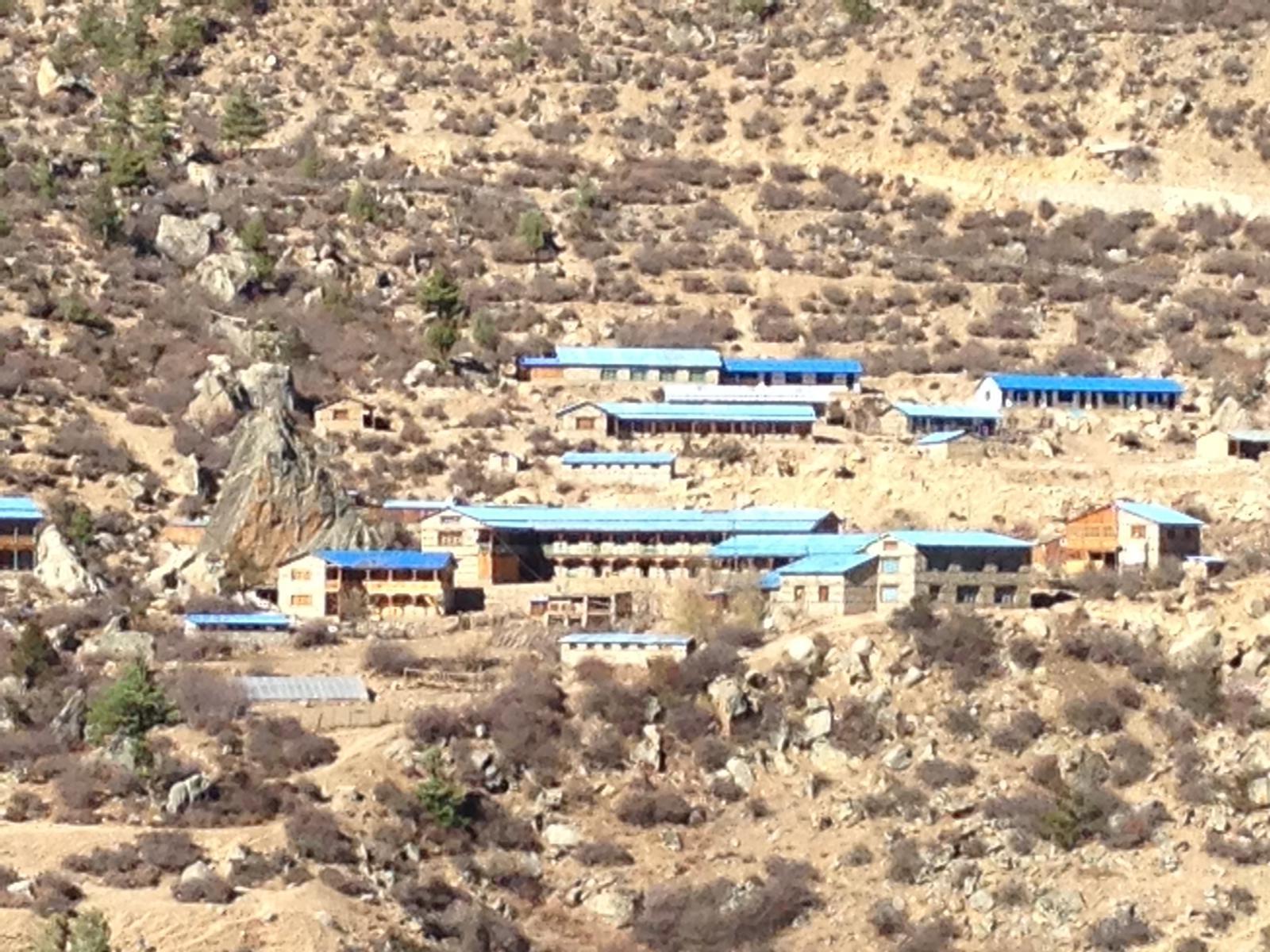 Bei den unteren Gebäuden handelt es sich um die Hostels bei den oberen um die Schulgebäude