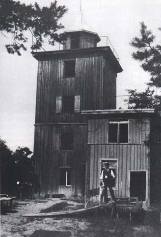 Altes Foto Waldschenketurm, um die Jahrhundertwende, noch als geschlossener vierstöckiger Turm aus Holz, davor die Holzbaracke