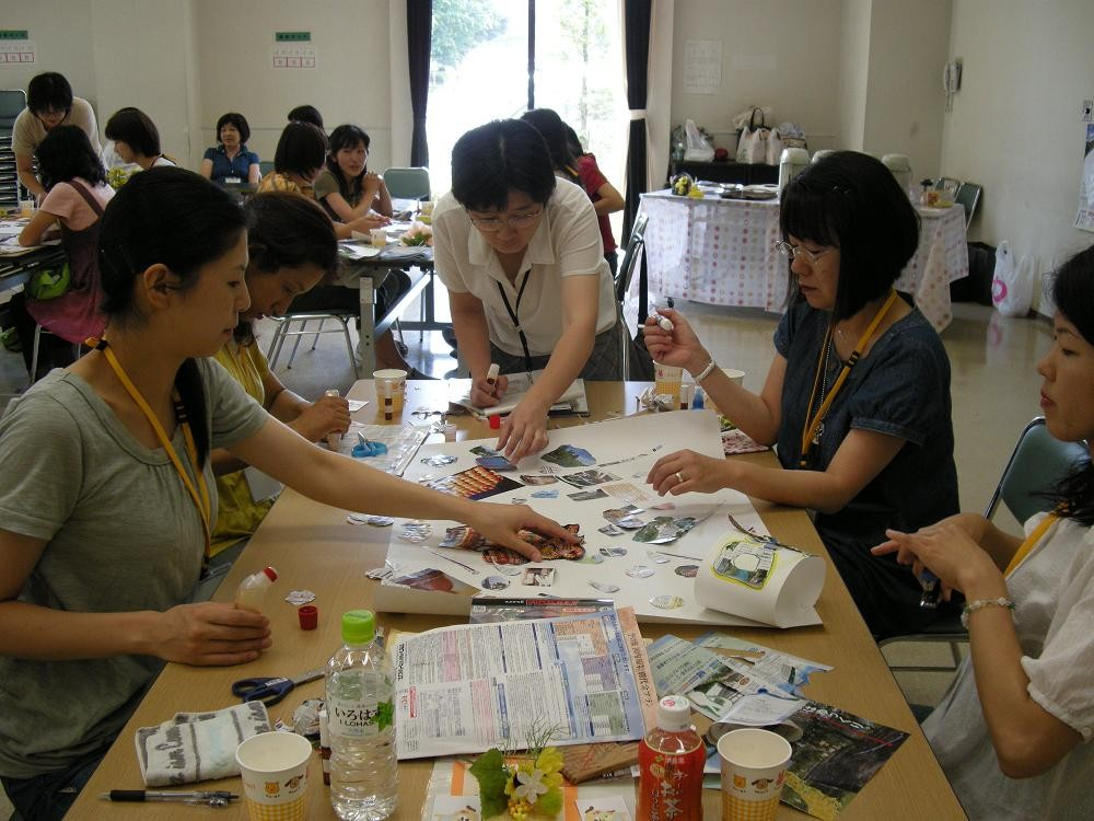 そして模造紙にコラージュを制作 (2009年7月15日宇都宮市民大学)