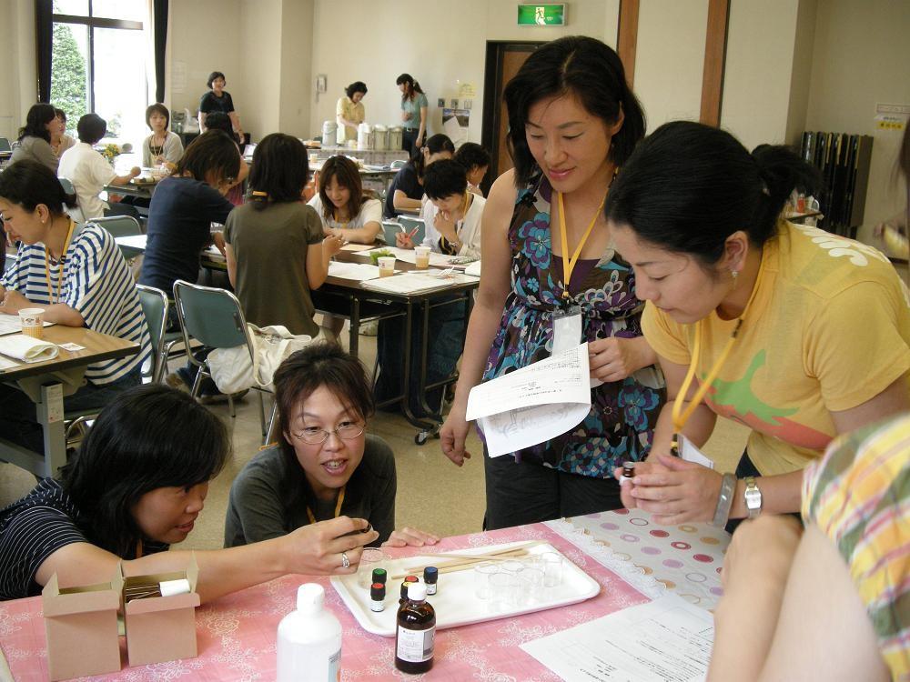 グループでフレグランス制作 (2009年7月15日宇都宮市民大学)