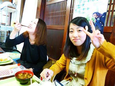 午前中授業が入っていた学生たちも、お腹をすかせて合流。