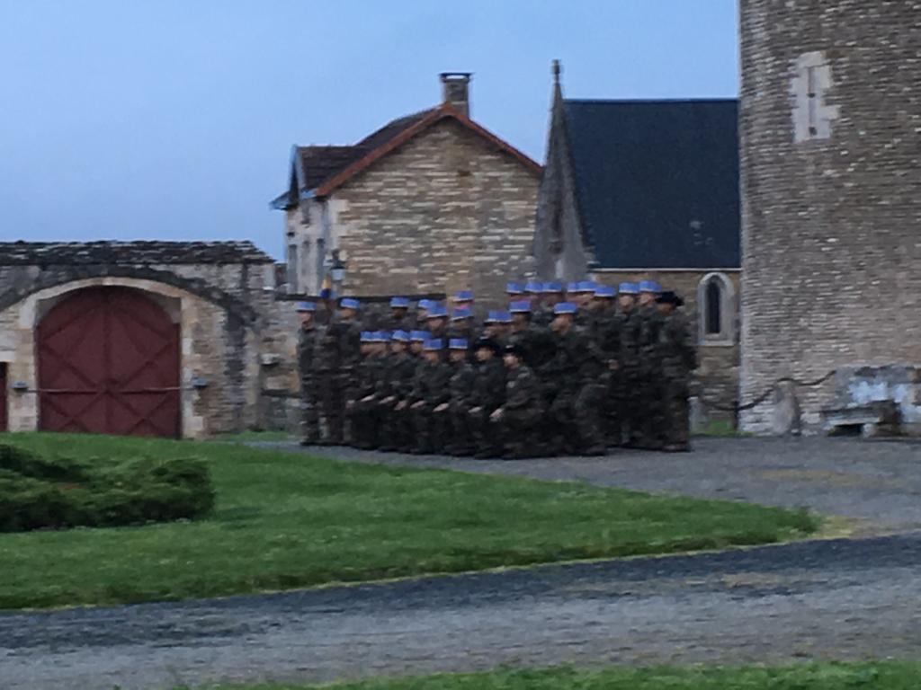 Photo de groupe au képi - Château de Saveilles ©photo-Propriétaire