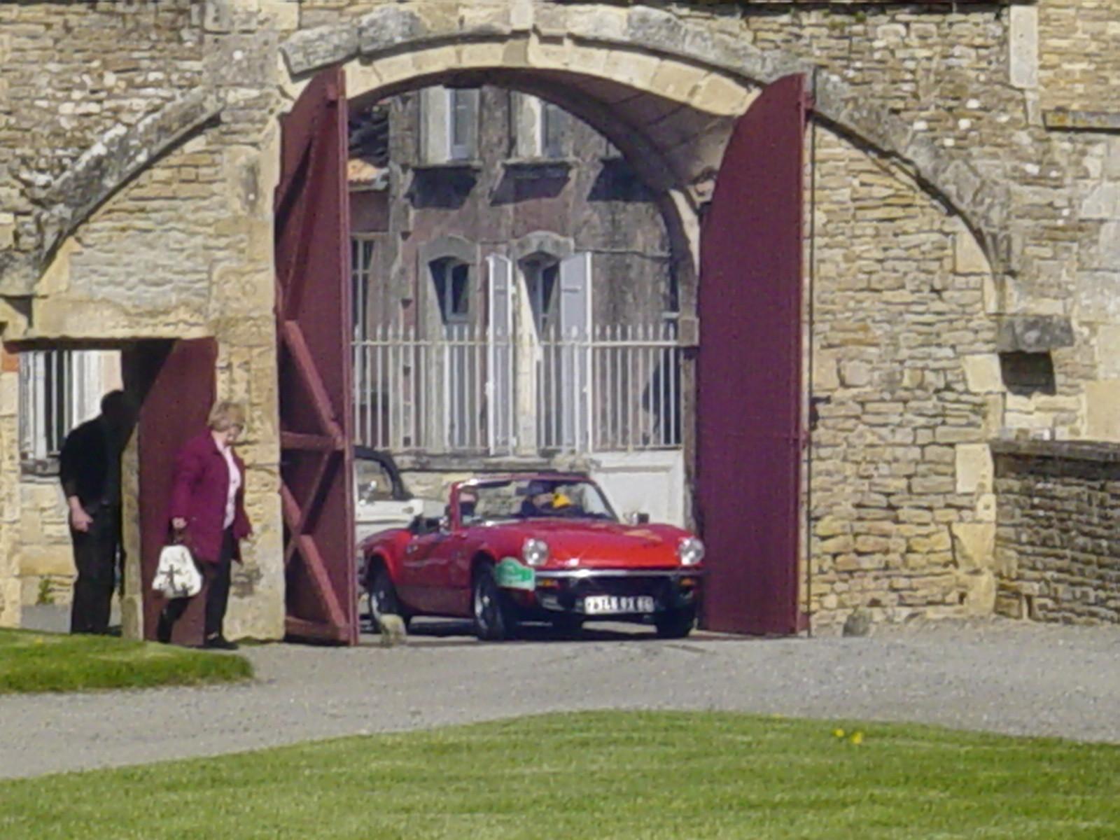 """2/16 - 5ème randonnée - Véhicules de collection - """"Autour des châteaux"""" - Château de Saveilles ©photo-propriétaire"""