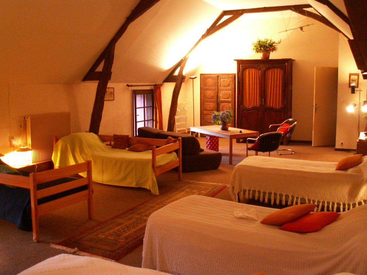 Dortoir 5 lits à l'étage, vue depuis le fond de la pièce