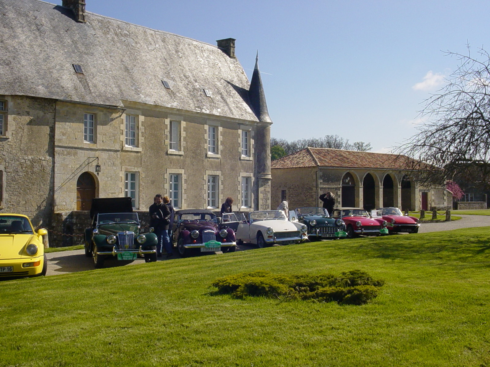 """4/16 - 5ème randonnée - Véhicules de collection - """"Autour des châteaux"""" - Château de Saveilles ©photo-propriétaire"""