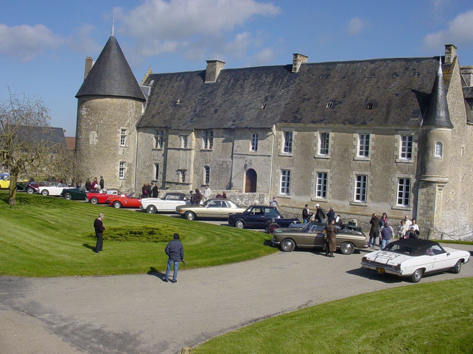 """6/16 - 5ème randonnée - Véhicules de collection - """"Autour des châteaux"""" - Château de Saveilles ©photo-propriétaire"""
