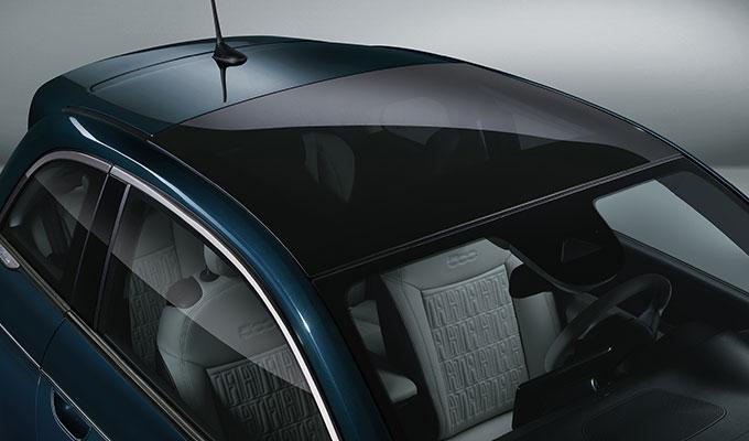 Schickes Glasschiebedach beim Fiat 500e