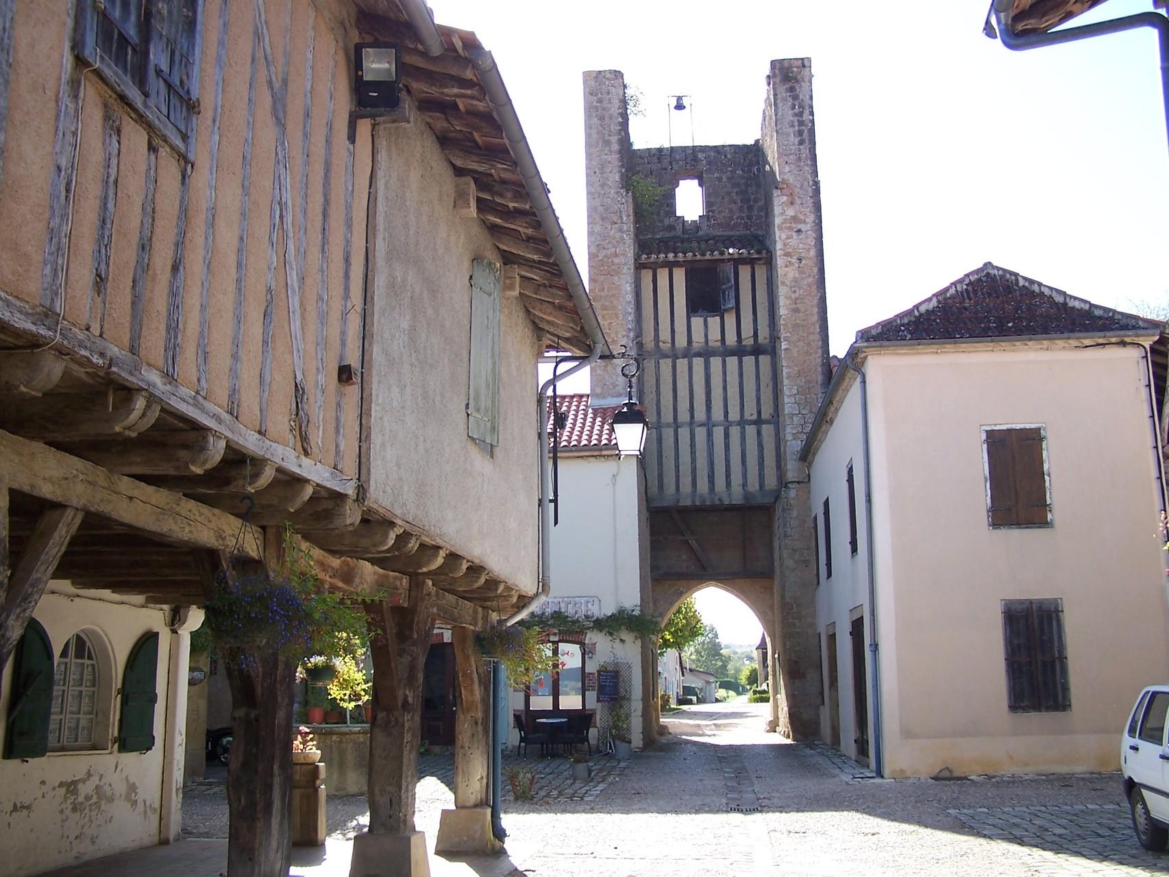 La rue principale avec les encorbellements et la tour de Rabastens