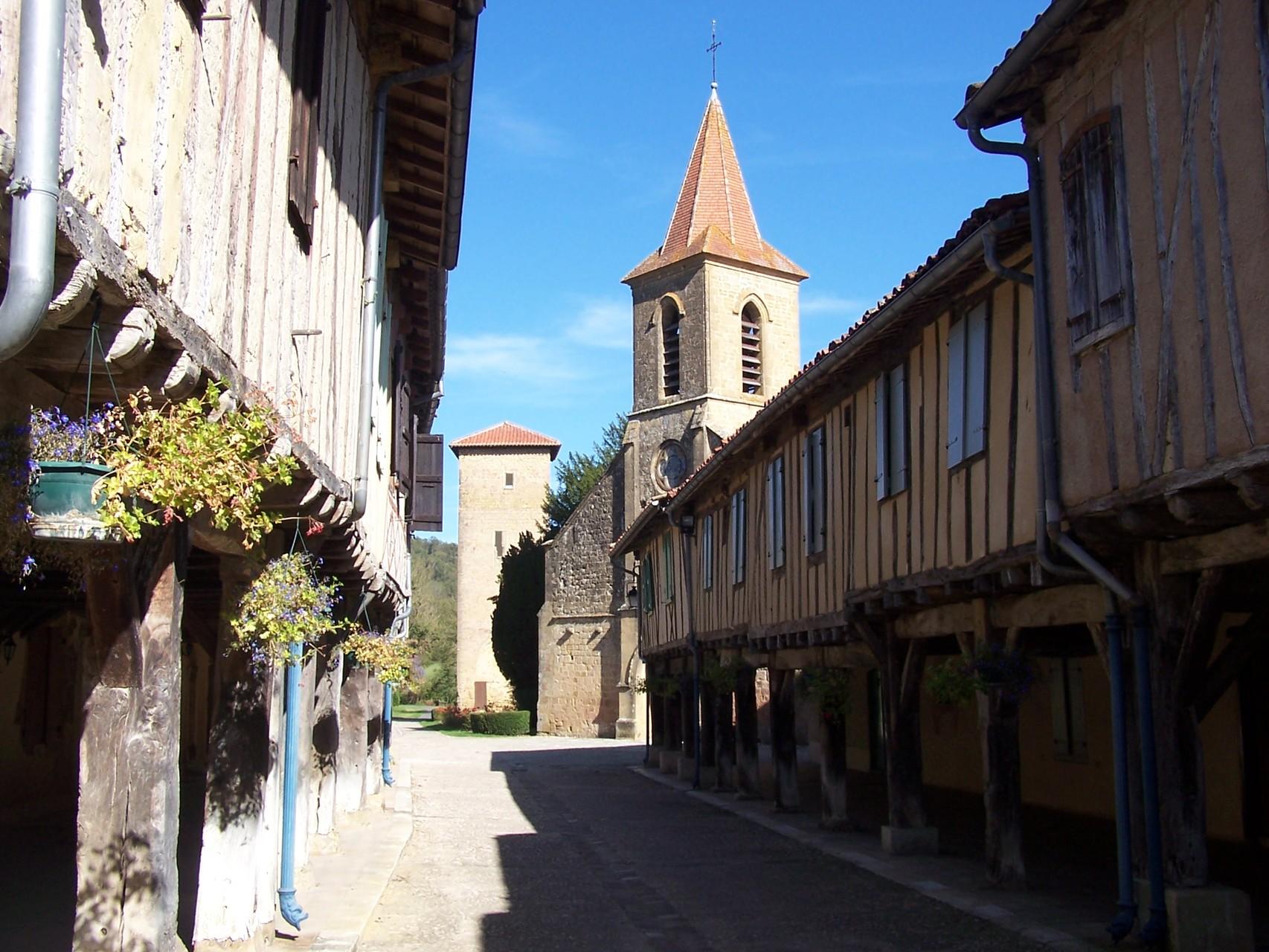La rue principale et au fond la tour de Mirande