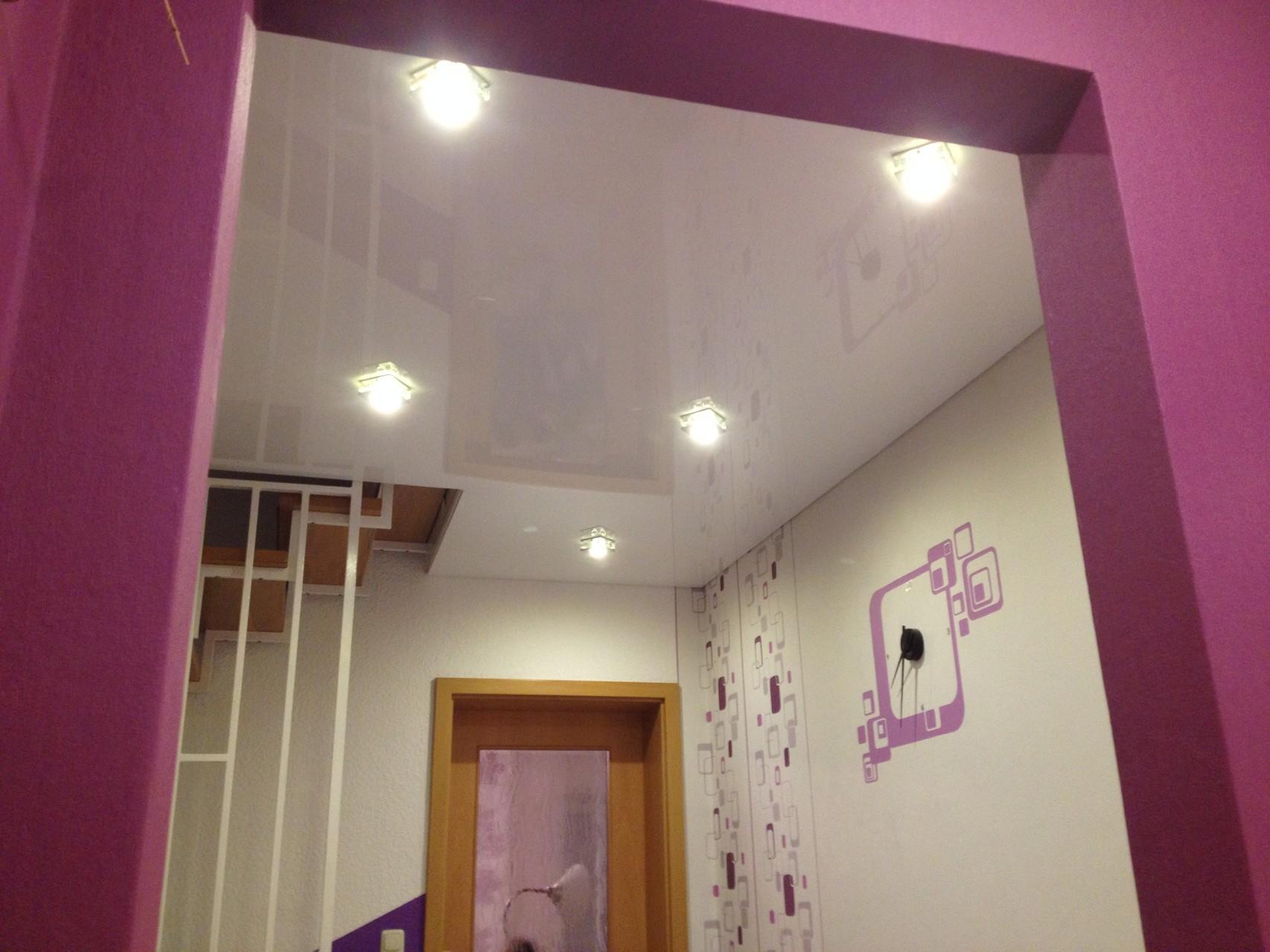 Spanndecke mit Einbaustrahlern weiß glänzend Flur Einfamilienhaus Unna