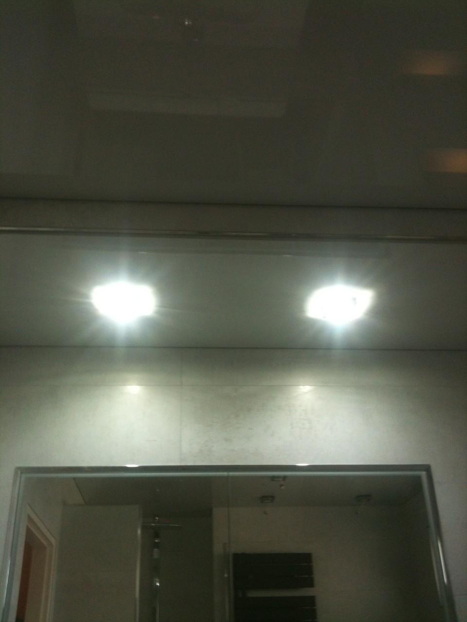Spanndecke Hellgrau glänzend Unna Badezimmer