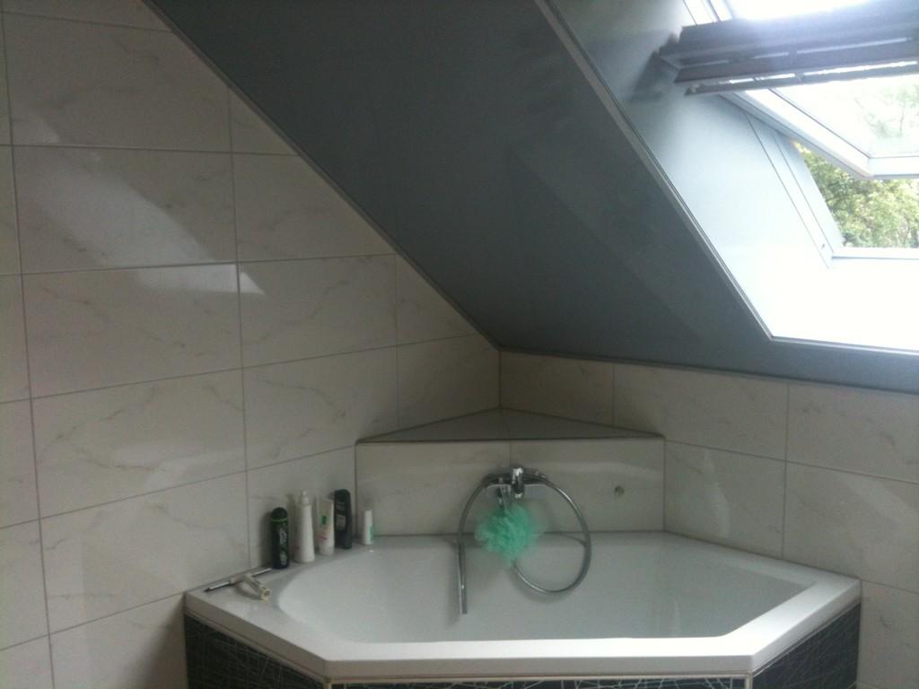 Spanndecke Grau glänzend mit Dachschräge Badezimmer Holzwickede