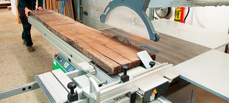 Das Rohholz wird hier mit der Formatsäge in Längsrichtung in Streifen (Lamellen) geschnitten