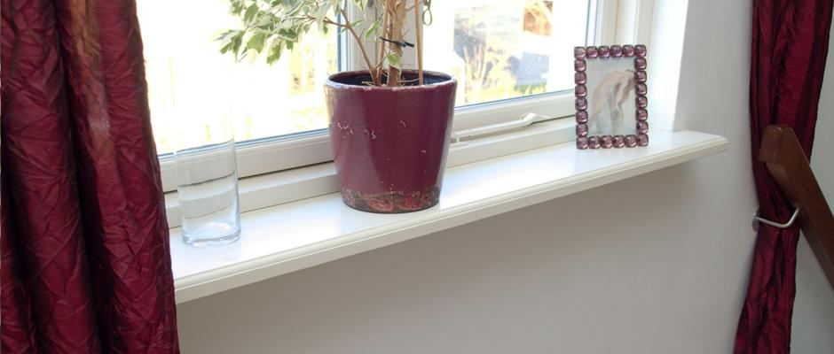 Weiß lackierte Fensterbank aus MDF mit einermakellosen Oberfläche